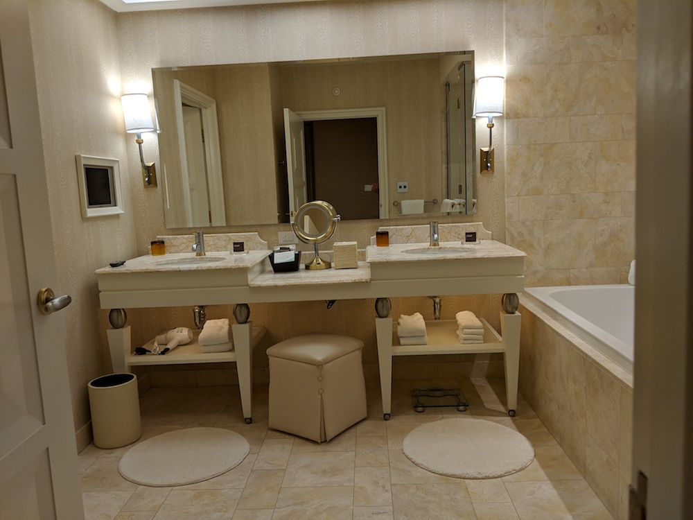 Large, luxuious bathroom